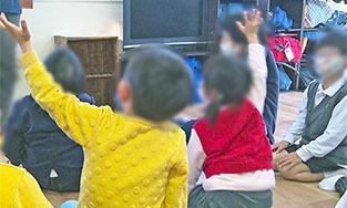 3_避難訓練_お話を聴く子どもたち.jpg